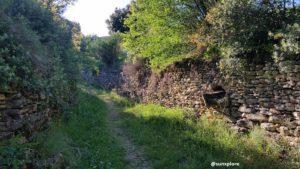 Un chemin au milieu des pierres sèche