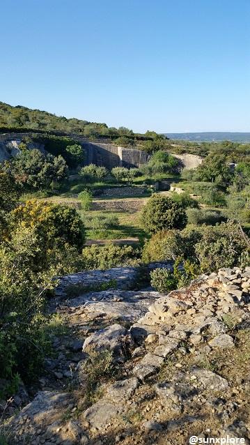Une vue d'ensemble du site de l'aqueduc romain de Sernhac, dans le gard