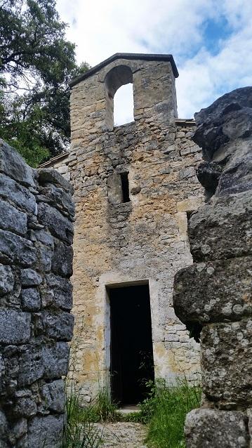 Entrée de la chapelle Notre Dame de Laval
