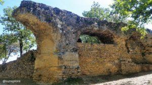 Les vestiges de l'aqueduc romain, dans la continuité du pont du Gard