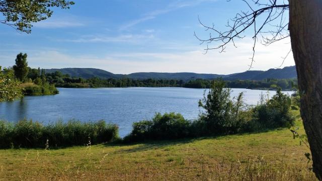 Le paysage vue des berges du lac entre les montagnes à Montélimar