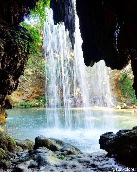 Une grotte derrière la cascade du Grand Baou