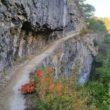Un chemin creusé dans la roche pour une randonnée insolite dans la Drôme