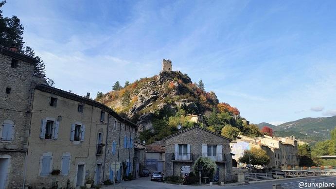 Une vielle tour surplombe le village de Pontaix dans le vercors