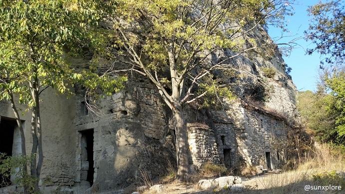 Randonnée familliale au village troglodyte du barry dans le vaucluse