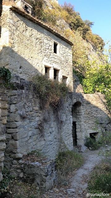 Une maison abandonnée au village du Barry à Bollène