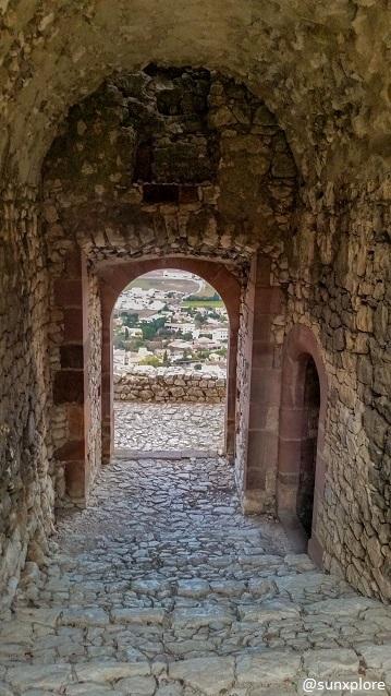 Arrivée dans les ruines du château de Castellas