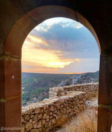 Coucher de soleil au château du Castellas dans le Gard