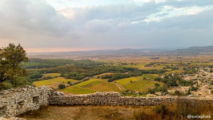 Le paysage derrière quelques ruines d'un château Gardois