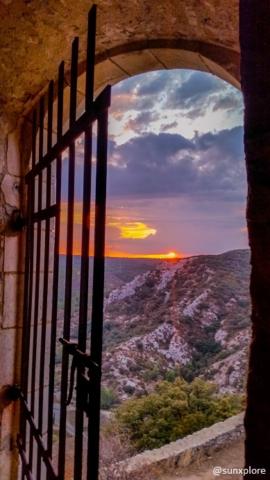 Une porte dans le château de Saint-Victor-la-Coste dans le Gard
