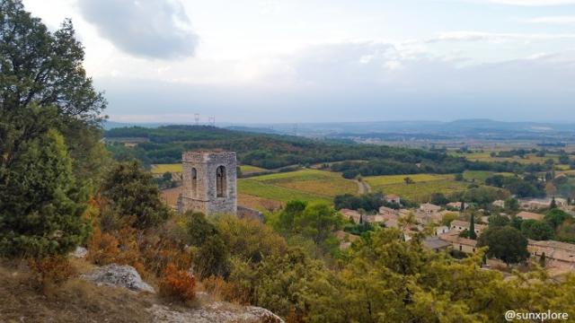 Une vieille tour domine le paysage de Saint-Victor-la-Coste