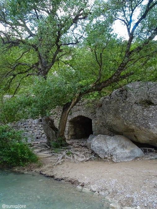 Une construction sous le pont roman des gorges de la méouge