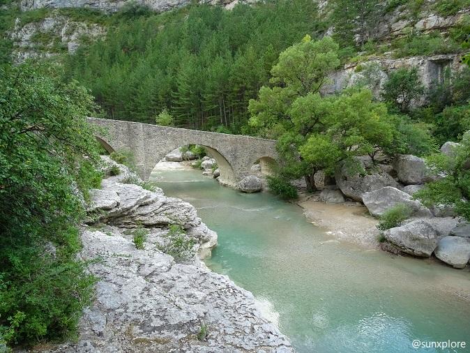 Un pont en pierre au-dessus des gorges de la méouge