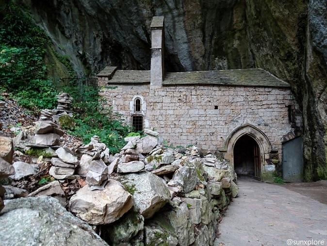 Une chapelle insolite dans une grotte au cœur de Saint-Chély-Du-Tarn, un hameau de Lozère dans les Cévennes