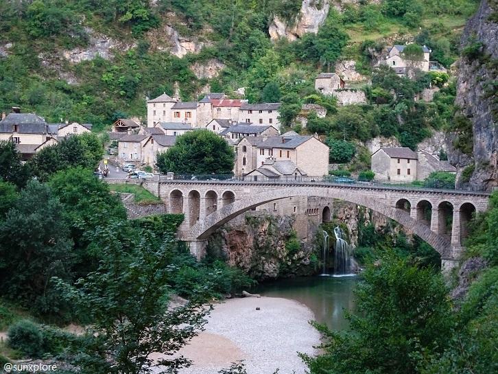 Saint-chély-Du-Tarn, les gorges du Tarn, son pont majestueux, sa cascade et le village…