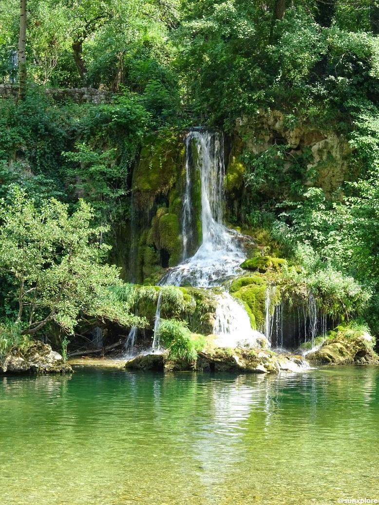 Une seconde cascade se jette dans l'eau turquoise des Gorges du Tarn, un des meilleurs coins de baignade de Lozère