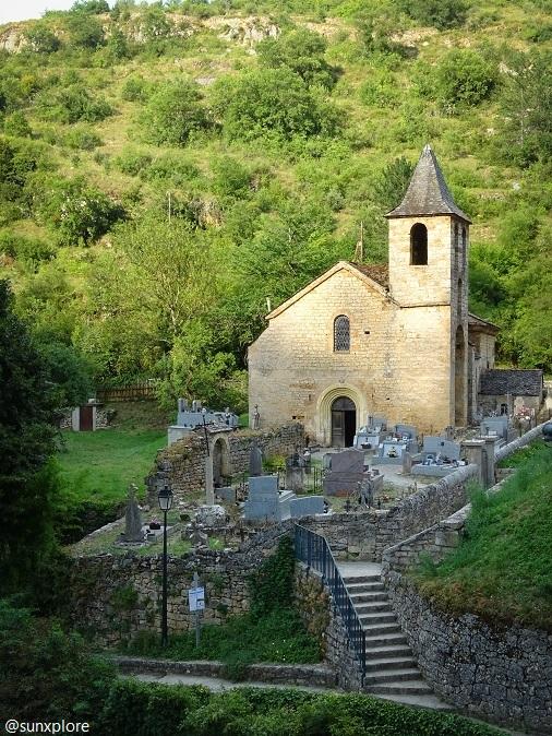 L'église et le cimetière de saint Chély-du-Tarn surplombent les gorges du Tarn
