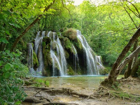 Itinéraire des cascades des tufs dans le Jura, un lieu de promenade idéal pour se ressourcer en famille