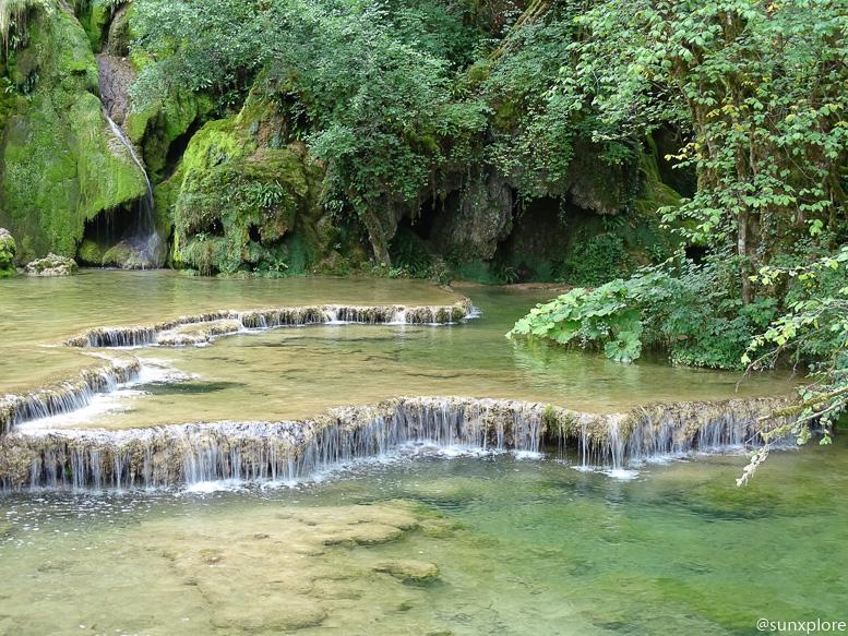 Aux pieds des cascades de tufs, l'eau s'écoule de vasque en vasque