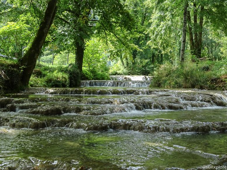 L'eau fraîche qui s'écoule des cascades des tufs
