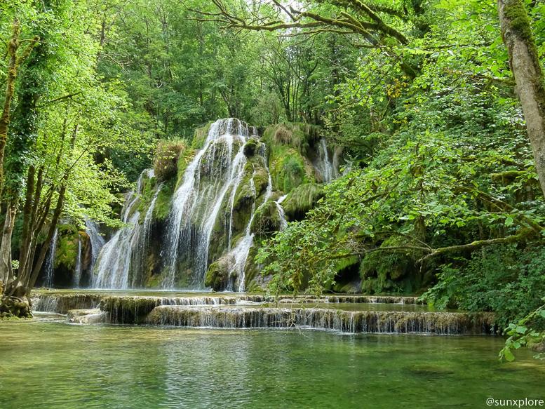 Vues d'ensemble de la cascade des tufs dans le Jura